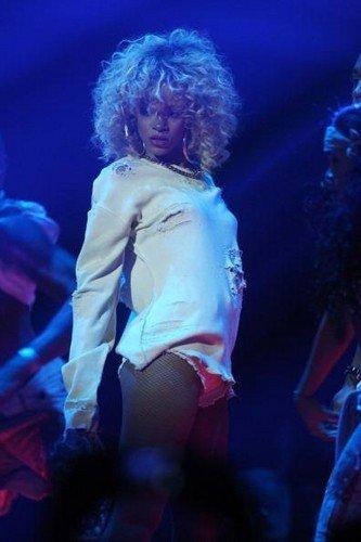 Rihanna – We Found Love (Live at BRIT Awards 2012)